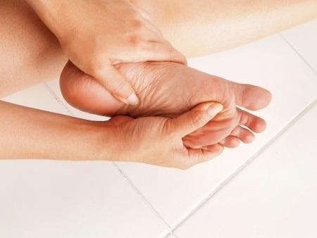 19260710 S Feet Pain Massaging Hands Toes
